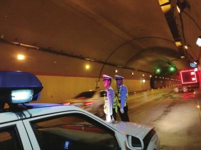 """环兰高速联合""""一路四方""""部门开展交通安检 不留死点盲点强化隐患排查"""