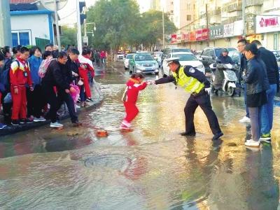 科技街东口产生水管爆裂 意彩龙虎和都会供水团体:11日破晓规复供水