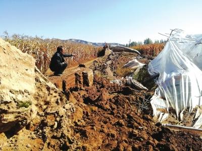 兰州榆中县青城镇:河道被企业占用 河水上涨 大棚被淹 农民叫苦