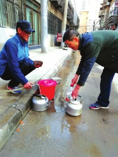 兰州郑家台改造供热管网不慎挖断自来水管道 供热站:正在积极协调力争尽早恢复供水