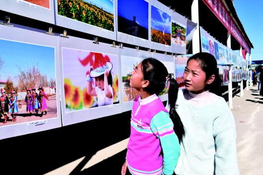 """酒泉肃州区:游客观看""""醉美印象""""摄影大赛作品(图)"""