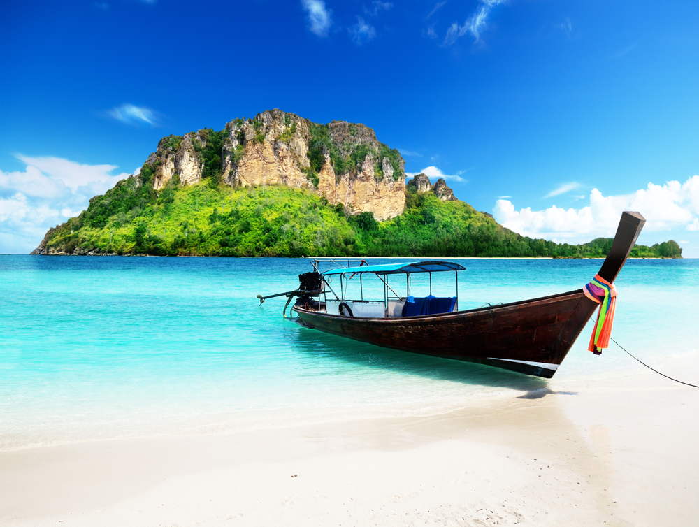 泰国普吉海域一游艇起火沉没 9名游客获救无伤亡