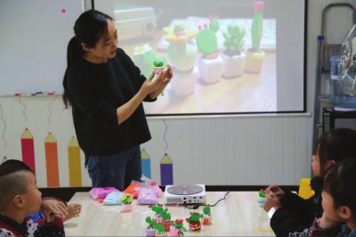平凉80后女艺人用黏土塑造童话世界