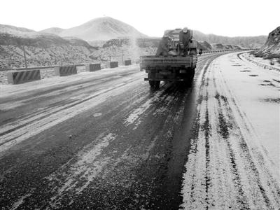 国道215线党金山段普降小雪道路结冰 实行临时交通管制