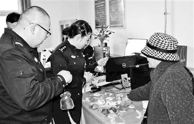 兰州84岁老奶奶亲手制作荷包送民警