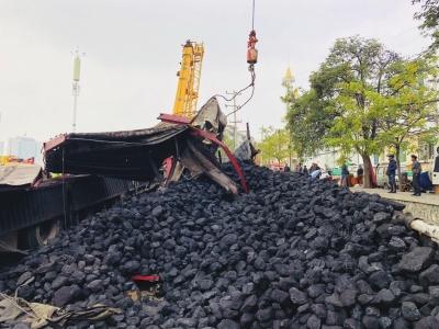 载重30吨的卡车拉了 70吨煤强行冲卡后侧翻 事件导致小西湖黄河大桥东引桥堵了近一天