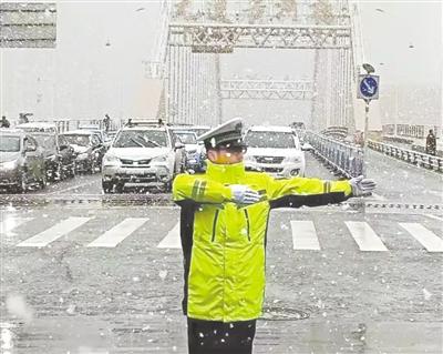 """图说甘肃丨最美""""雪警"""""""