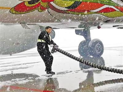 兰州中川机场航班延误东航启动应急预案 除雪防冰 保障安全
