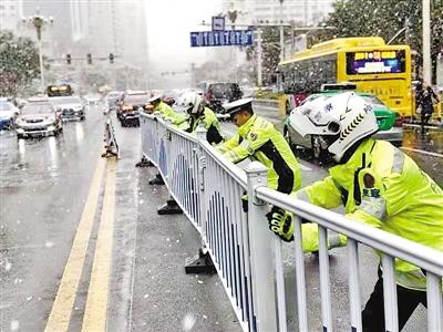 """兰州:道路护栏""""罢工""""交警除隐患"""