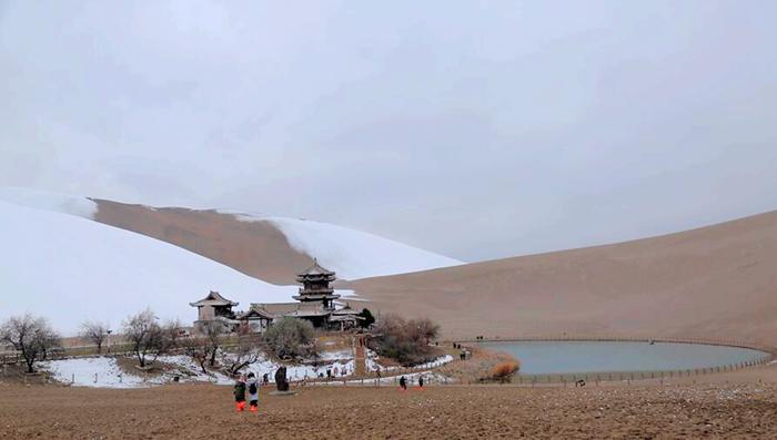 敦煌:初冬迎雪 大漠如画