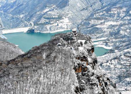 甘肃崆峒山冬雪皑皑 游人雪中游山尽享冬趣