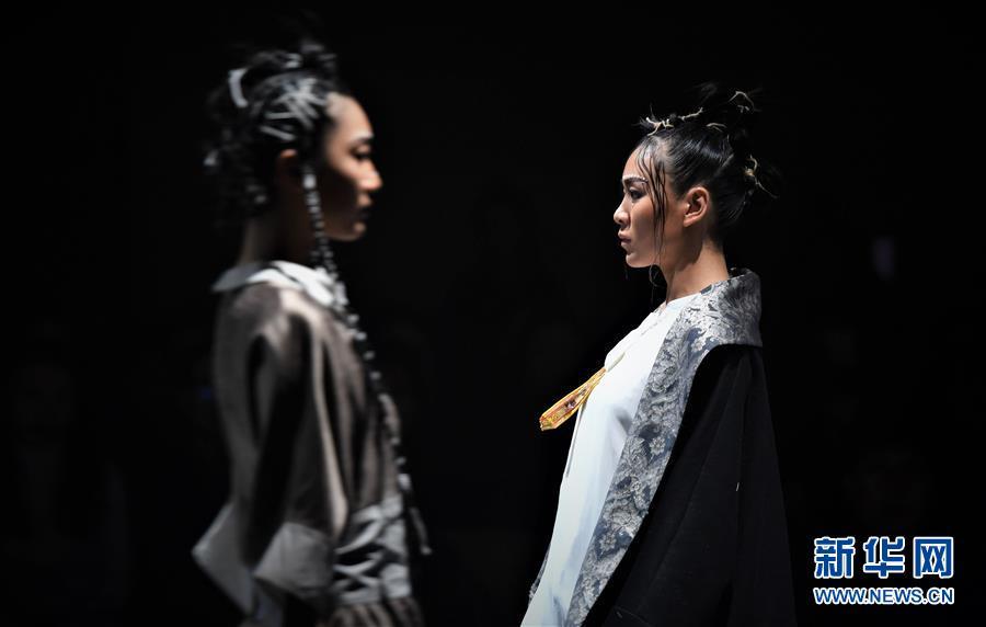 """(文化)(6)拉萨举行""""冬游西藏-回到香格里拉""""AJ-NAMO藏装秀"""