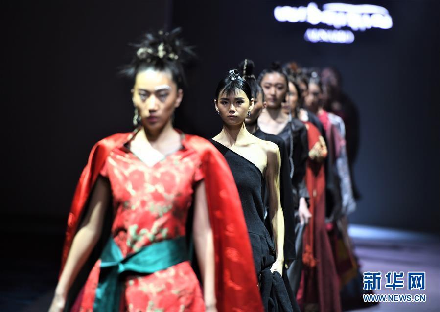 """(文化)(8)拉萨举行""""冬游西藏-回到香格里拉""""AJ-NAMO藏装秀"""