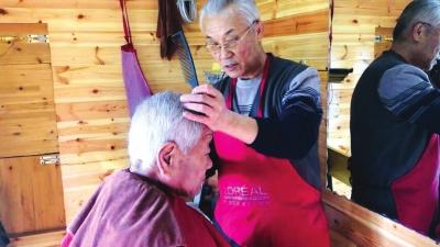 兰州退休老人设立爱心小木屋 理发维修来这儿都免费