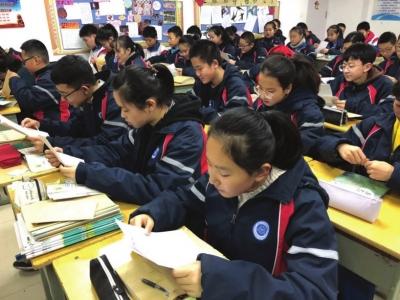 """兰州一中学开展""""书信教育"""" 65个学生收到父母亲笔信深受感动"""