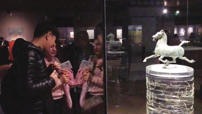 """兰州交大国际学生参观甘肃省博物馆 200名留学生体验三千年的""""穿越之旅"""""""