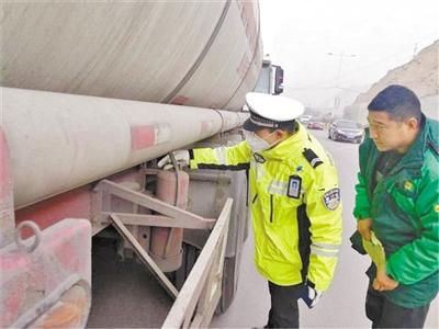 意彩龙虎和:沙尘气候下 交警服从岗亭保安全