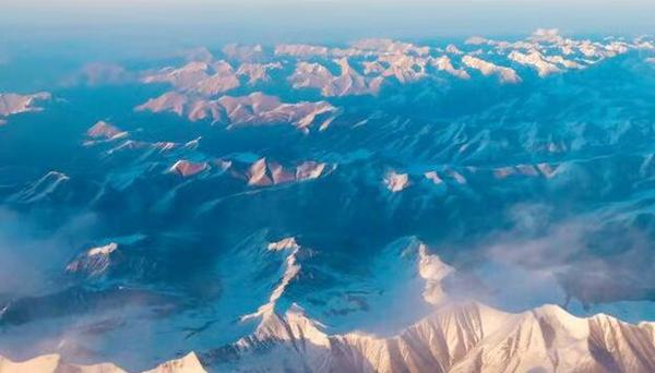 航拍银装祁连山:雪光粼粼 美丽壮观