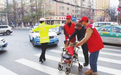 兰州七里河青年志愿者劝导交通东岗交警整治火车站黑车乱象