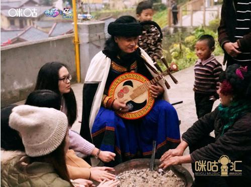 蔡徐坤现身成都邂逅传统音乐 用作品持续传递爱
