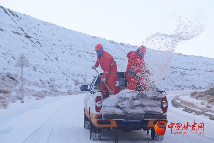 保畅群众出行路 除雪打冰敦煌公路办理段外行动(图)