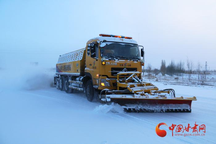 酒泉公路管理局全力清除道路积雪保障道路通行安全(图)