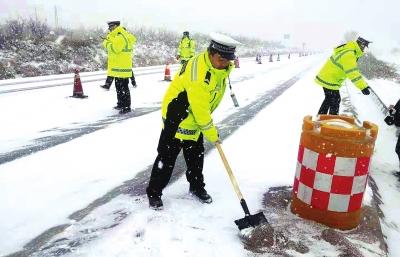 冰雪路面导致省道308线近百车辆滞留 白银景泰交警全力应对保畅通