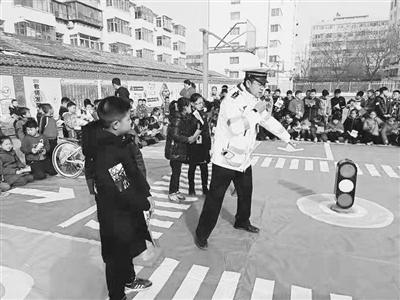 兰州龚家湾交警大队组织民警开展交通安全知识进校园活动