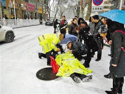 兰州:老人雪中摔倒昏迷交警脱衣取暖施救
