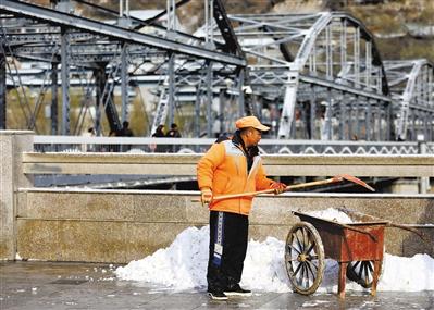 降雪影响丨保障市民出行安全兰州8000余名环卫工扫雪
