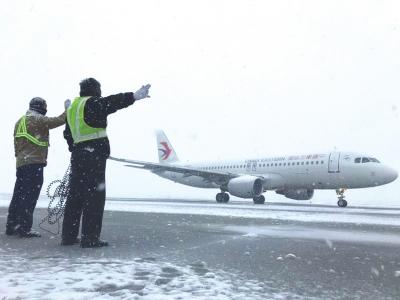 雪中路难行 降雪对兰州机场航班起降没有影响
