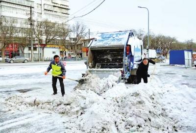 兰州:雪后为民奉献 你们铲冰除雪的样子真美(图)
