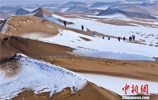 """龙虎和临泽""""戈壁雪景""""引游客享大漠风景"""