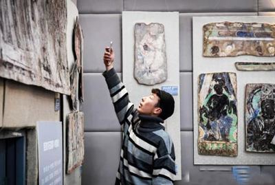 百幅流失外洋克孜尔石窟壁画及洞穴回复复兴影像甘肃新闻展出