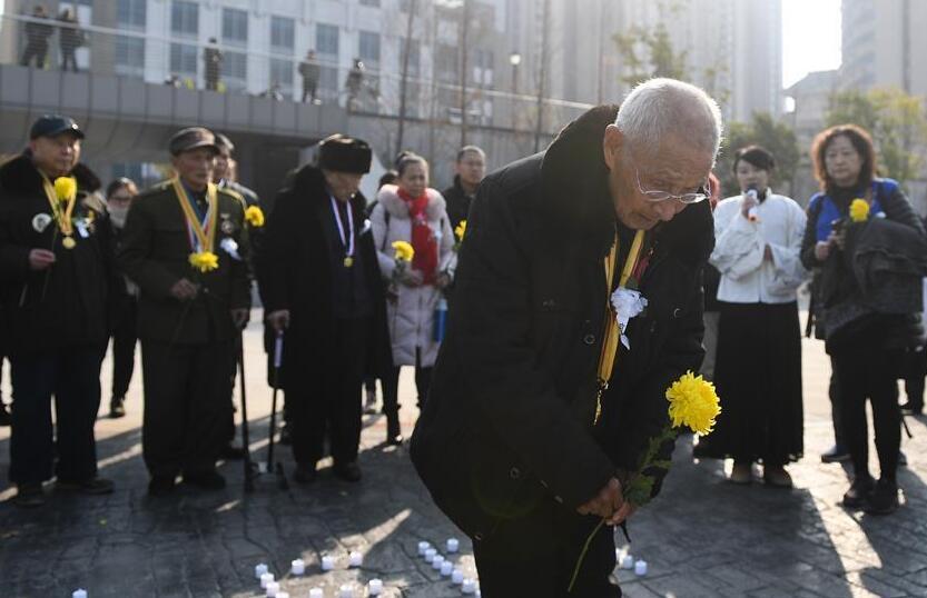 抗战老兵在南京祭奠遇难同胞