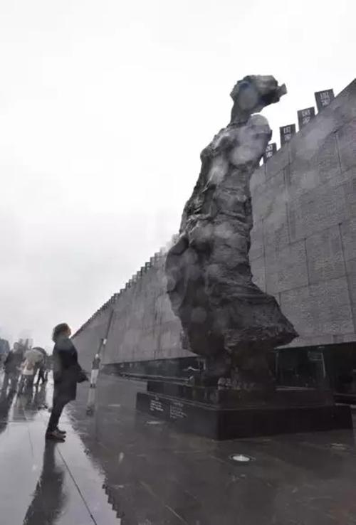 吴为山先生凝视自己的作品《家破人亡》