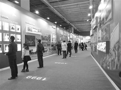 甘肃省庆祝改革开放40周年图片展上 参观者感慨我省交通建设的飞速发展