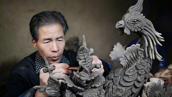 甘肃农民泥塑五十载:捏出屋顶上的古代神话世界