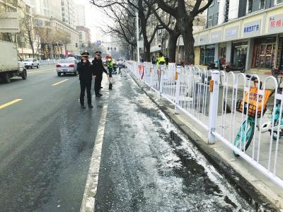 兰州:结冰路面有点多 环卫人员比较忙