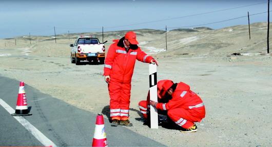 马鬃山边防公路管理段迅速行动做好冬季保通保畅工作(图)