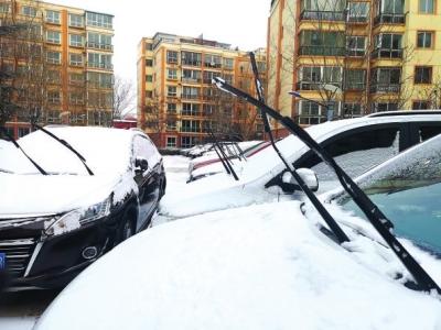 兰州小区保安暖心之举500多辆车竖起雨刮器