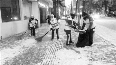 兰州12000余名环卫工人上路扫雪