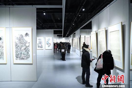 """参展作品都围绕""""中国梦·劳动美""""为主题创作 高学昌 摄"""