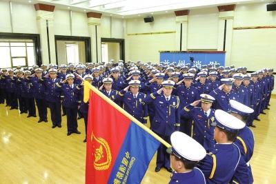 """""""橄榄绿""""变""""火焰蓝"""" 兰州消防支队举行迎旗授衔和换装仪式"""