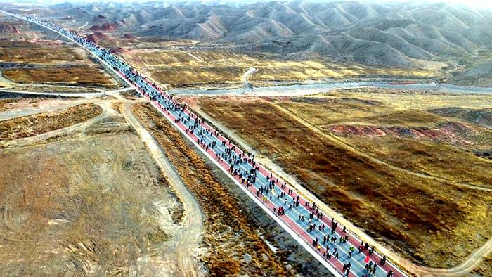 甘肃白银:黄河石林景区国际露营地健康跑开赛
