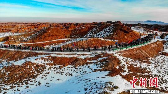 千余名活动员龙虎和张掖到场冰雪山地马拉松迎新年