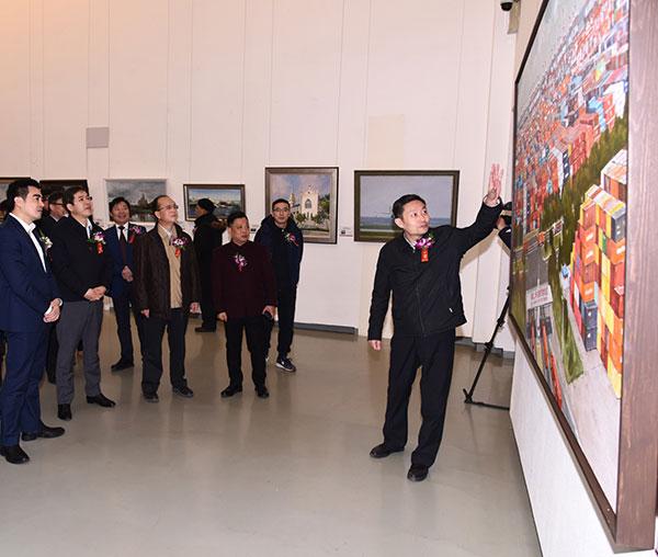 文化和旅游部艺术司司长、浦东新区副区长(挂职)诸迪为嘉宾、观众介绍参展作品。