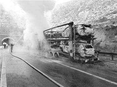 兰州树屛高速:大货车高速路自燃 所载轿车葬身火海