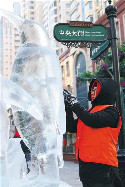 大门生冰雕赛:拼武艺 添风景