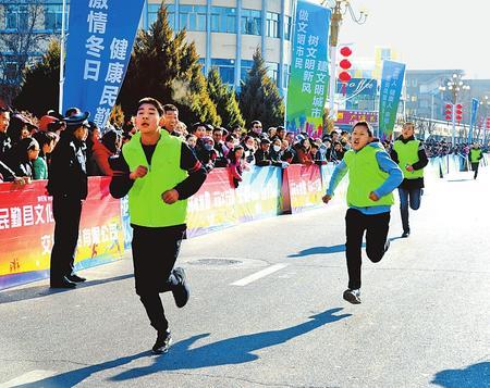 """武威民勤县举行""""庆元旦""""马拉松赛"""